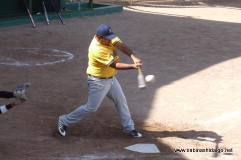 Rubén Cantú de Burócratas B en el softbol dominical