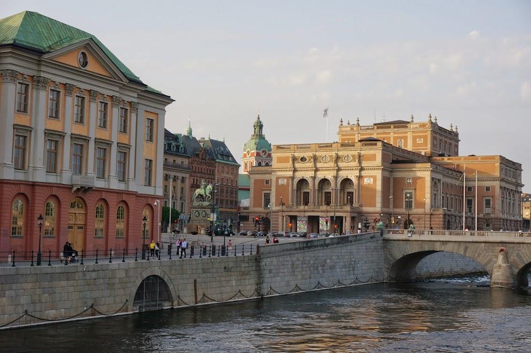 Estocolmo fue fundada sobre 14 islas, que están conectadas por 157 puentes. Alberga el primer parque nacional urbano del mundo y posee numerosos museos de interés mundial, entre los que destaca un museo dedicado al Premio Nobel