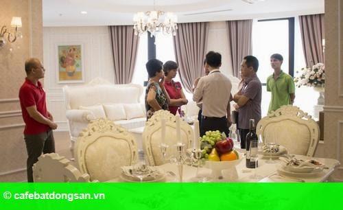 Hình 2: Hơn 800 lượt khách tham quan căn hộ mẫu R6 Vinhomes Royal City trong ngày khai trương