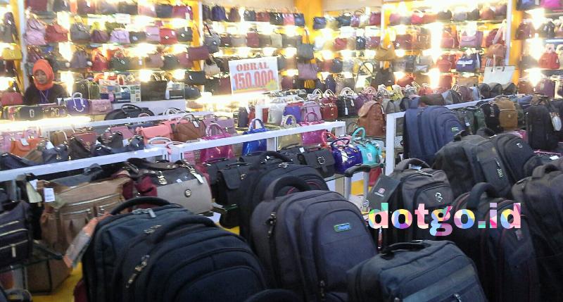 Belanja Tas Murah dan  Mewah  di Pasar Baru Trade Centre Kota ... ac45577993
