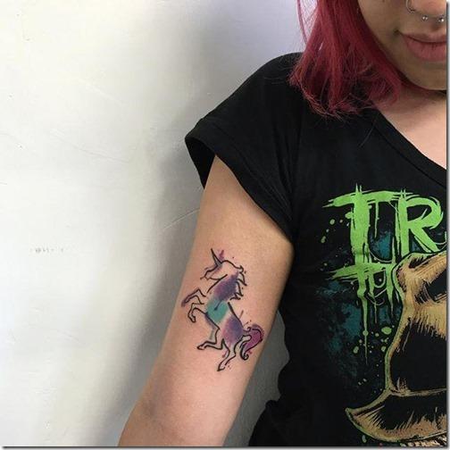 unicornio_de_contorno_con_tonos_aquarelados_en_el_brazo