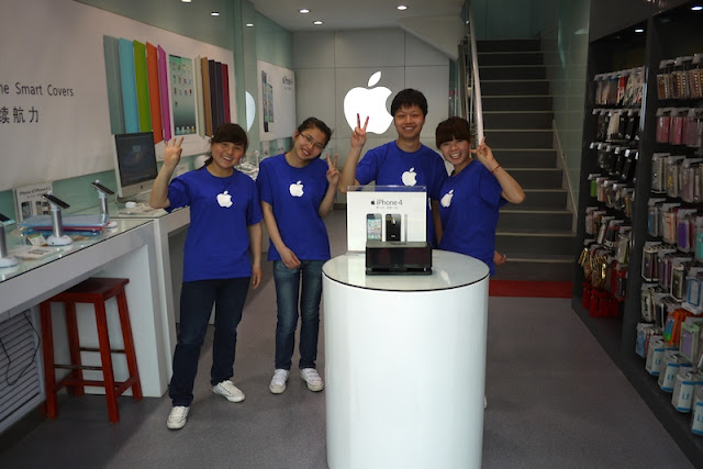 employees wearing Apple shirts at an unauthorized Apple reseller in Yinchuan, Ningxia