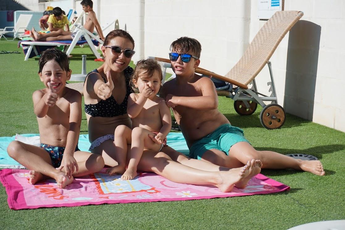 8-sorbos-de-inspiración-piscina-júzcar-pueblo-de-los-pitufos-viajar-con-niños