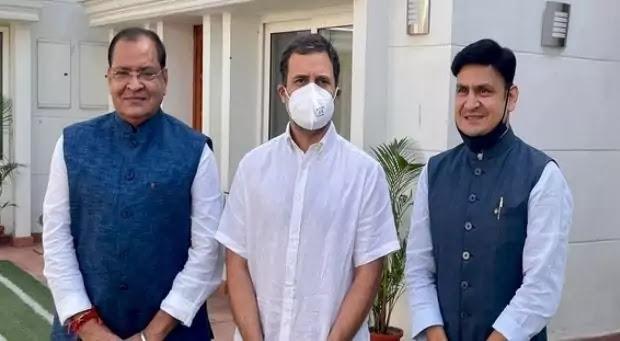 Congress leader Rahul Gandhi with Yashpal Arya and his son Sanjiv Arya