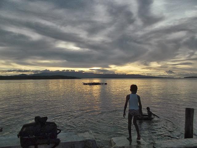 Coucher de soleil sur Pulau Obi (Moluques), 12 septembre 2013. Photo : Eko Harwanto