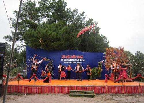 Rừng thông Bản Áng tổ chức lễ hội Hết Chá năm 2014
