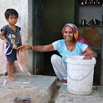 Une grand mère et sa petite fille, Tughlakabad village, Delhi