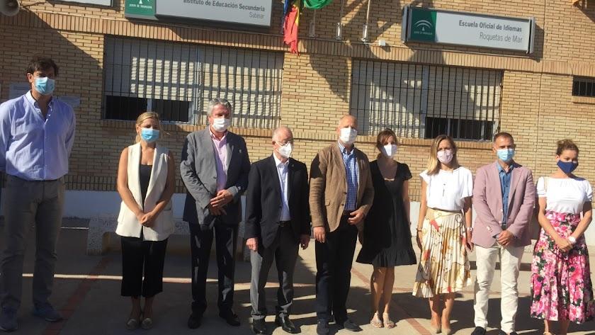 El consejero, acompañado de autoridades como el alcalde de Roquetas y la delegada del Gobierno, en el IES Sabinar.