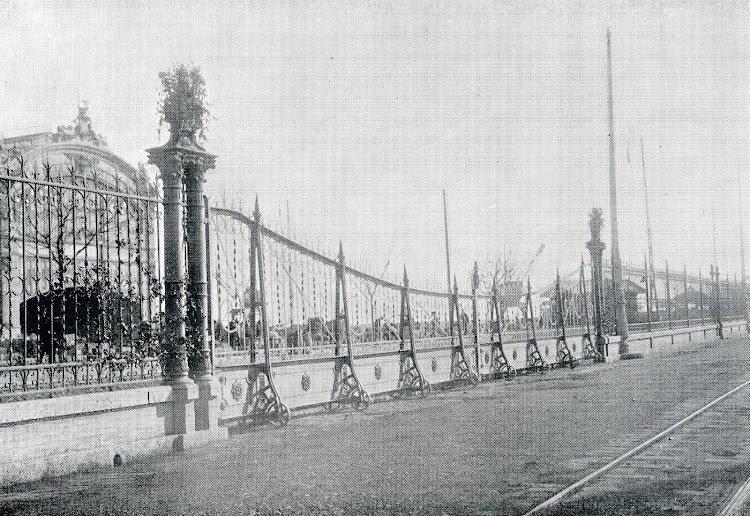 Puerta para el paso de trenes. Otra obra de arte. Del libro Puerto de Valencia. Memoria Sobre el Progreso y Estado de las Obras durante el Año 1913.JPG