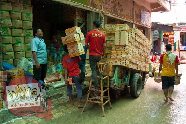 Aktivitas perdagangan bongkar muat kardus mie instan di Pasar 16 Ilir dekat Sungai Musi Palembang Sumatera Selatan