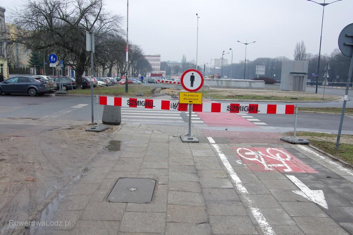 Postawiono barierki w taki sposób, że ludzi kieruje się na dotychczasowy trawnik. Tylko po co?