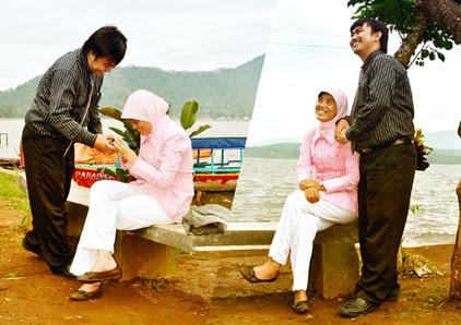 Pengunjung Wisata Darma Berpose Gaya Pre Wedding