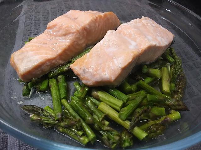 Lomos de salmón con espárragos verdes al microondas