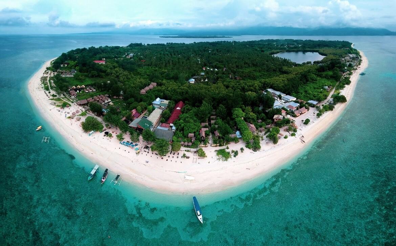 صورة جوية لجزيرة ويظهر بعض المنشأت والفنادق، جزر جيلي في بالي