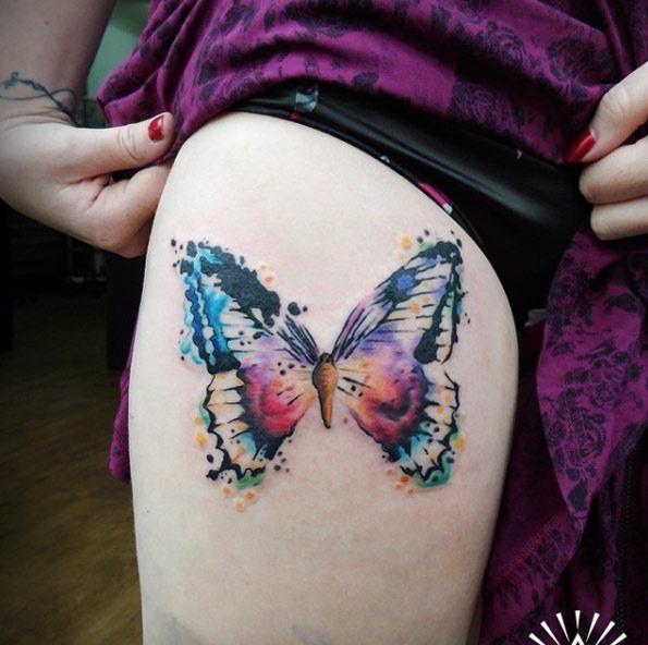 Este colorido tatuagem de borboleta