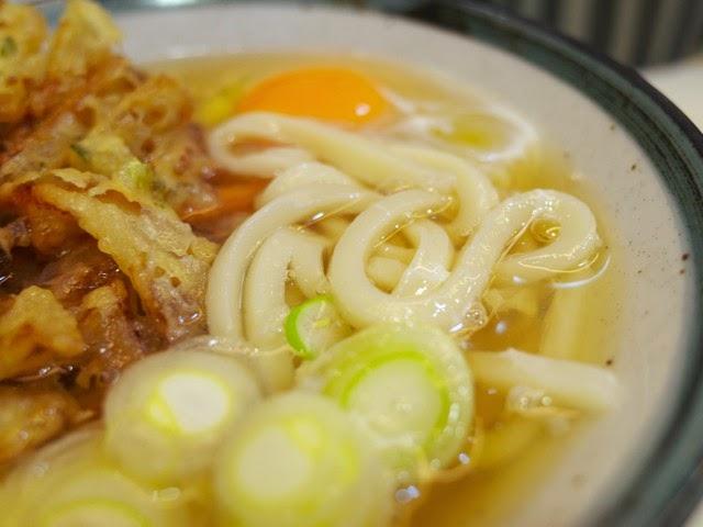 生玉子とうどん麺