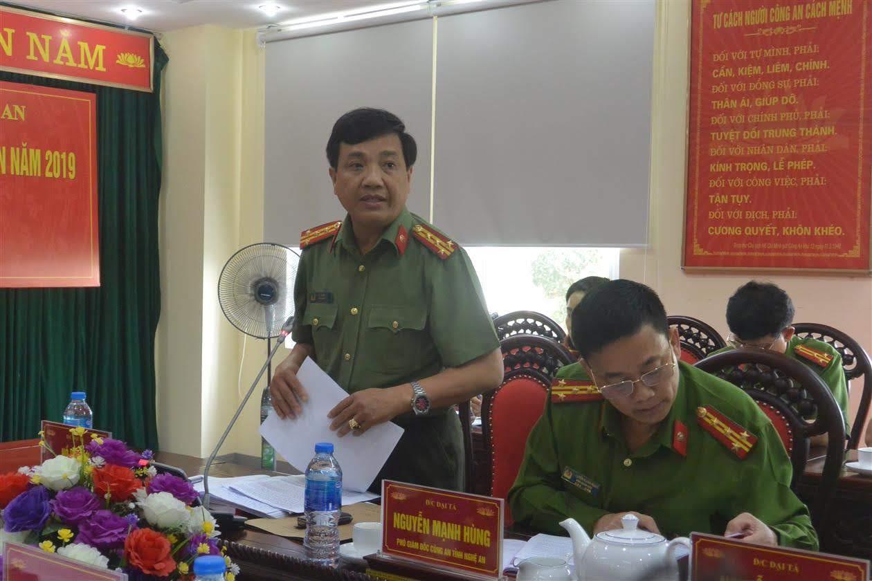 Đồng chí Đại tá Hồ Văn Tứ, Phó Bí thư Đảng ủy, Phó Giám đốc Công an tỉnh báo cáo kết quá công tác công an năm 2019