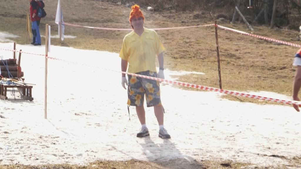 Narciarstwo Retro odbywające się na resztkach śniegu w Karpaczu