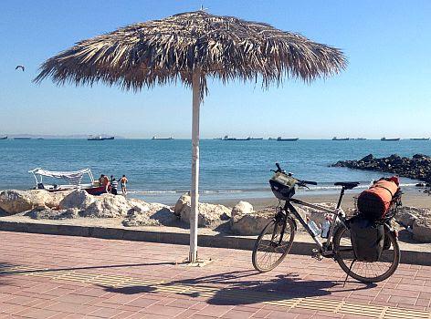 Fahrrad Panther Dominance Trekking auf der Strandpromenade von Bandar Abbas, an der Straße von Hormus, Hormozgan, Iran