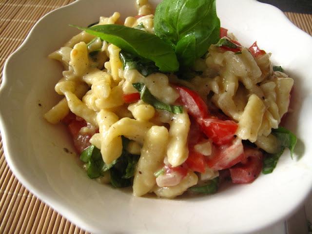 Kluski w sosie z gorgonzoli, z pomidorem i bazylią