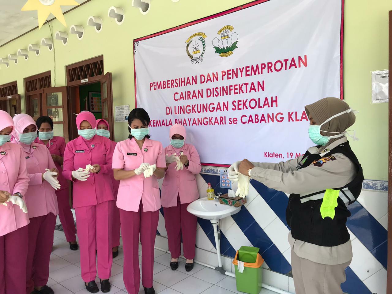 Cegah Penyebaran Virus Corona Bhayangkari Polres Klaten Semprotkan Disinfektan dan Bersihkan Sekolah TK Bhayangkari