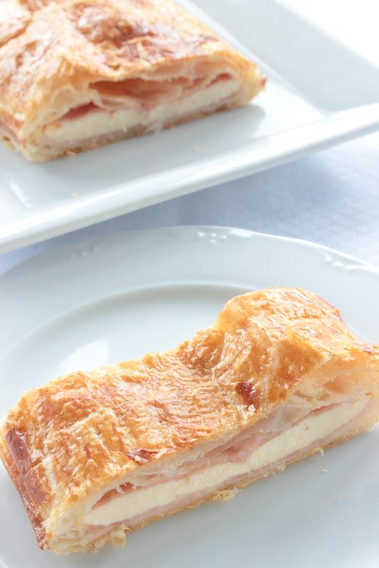 Hojaldre de jamón y queso con bechamel