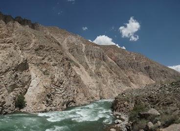 Im Köbük Canyon lassen die Berge dem Kökömeren besonders wenig Platz