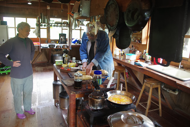 Los Cedros (1400 m) : José DeCoux cuisinant. Montagnes de Toisan, Cordillère de La Plata (Imbabura, Équateur), 21 novembre 2013. Photo : J.-M. Gayman