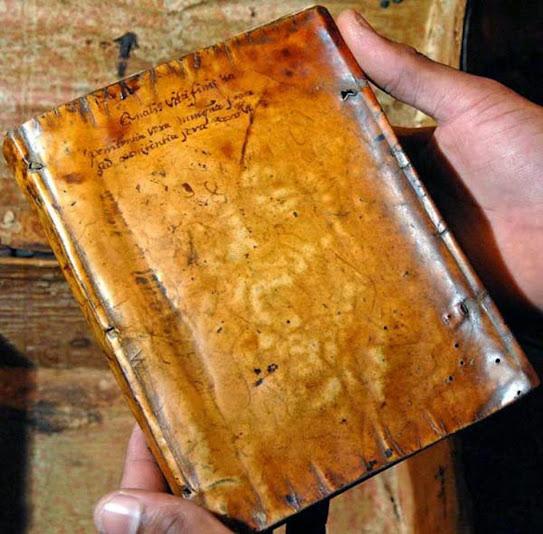 Livro confeccionado com pele humana. Encontra-se na biblioteca da Universidade de Harvard.
