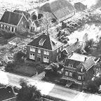 1948 Luchtfoto Hoeve van Willem Kavelaar_Dokterswoning enz in de Brugstraat_BEW.jpg