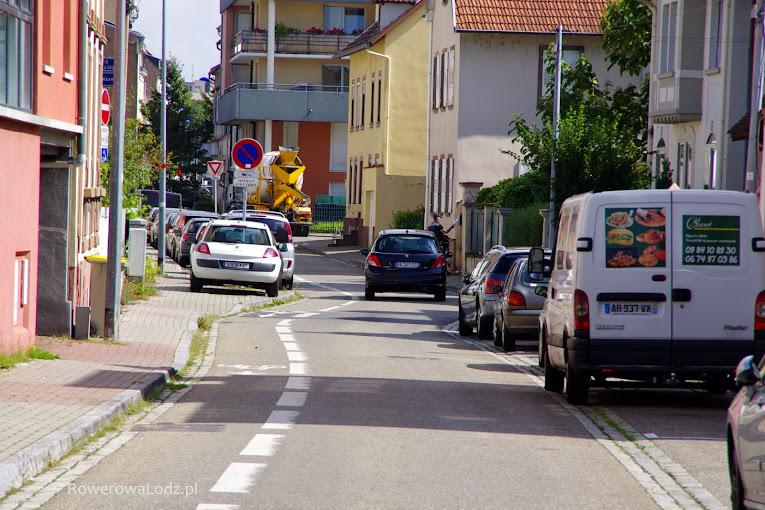 Kontrapas rowerowy plus naprzemienne parkowanie - to gwarantuje, że samochodem się tutaj nie rozpędzisz.