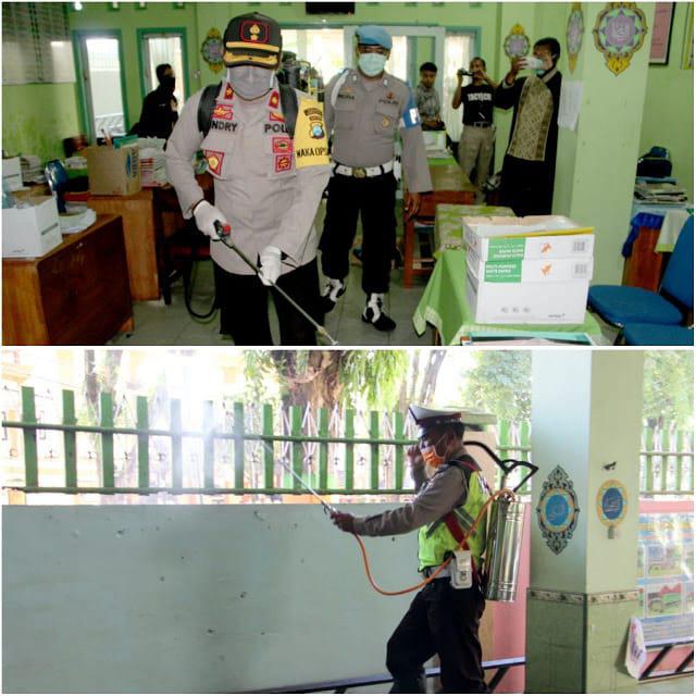 3 Pilar Kabupaten Lumajang Semprot Desinfektan Gedung Perkantoran dan Sekolah
