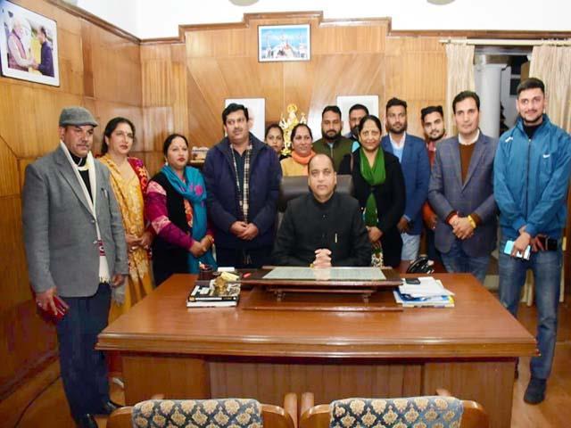 हिमाचल: बीजेपी ने तीन निर्दलीय सदस्यों को अपने पाले में खींचा; कांग्रेस ने भी कर रखा है कब्जे का दावा