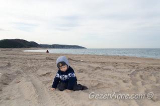 Ağva plajında kumda oynarken