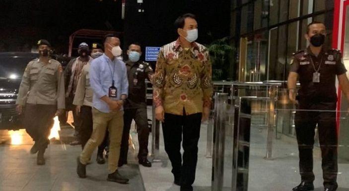 Soroti Penangkapan Azis Syamsuddin, Pakar Hukum: Sangat Beradab Sekali Ya, Pakai Batik Tanpa Borgol Tanpa Kawalan