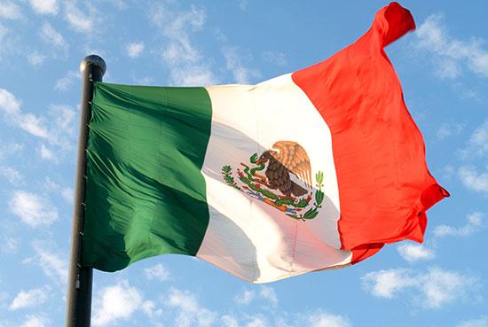 Bandera de México ondeando 4