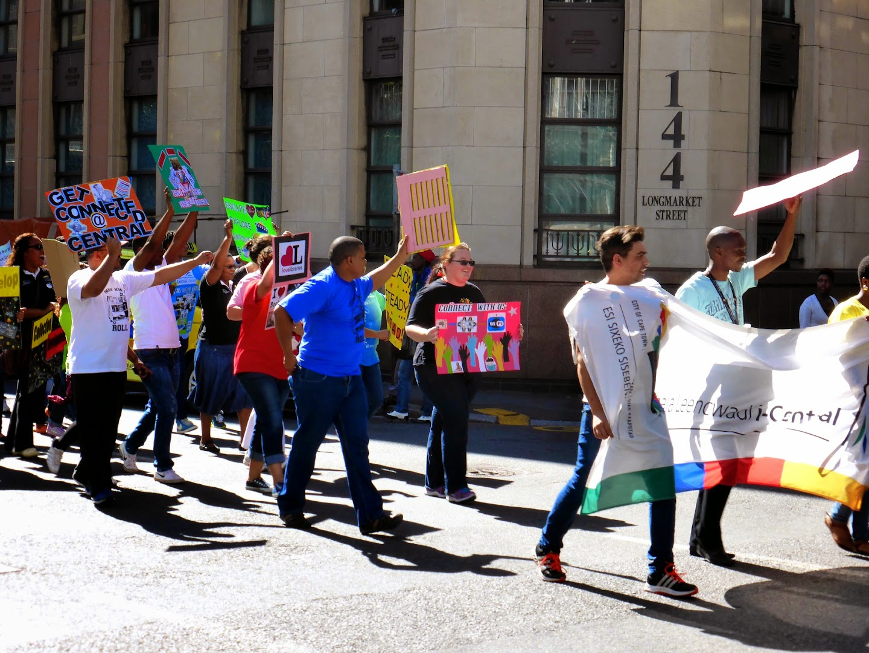 Drie vrolijke demonstraties die ochtend in Kaapstad (deze wil aandacht voor de dag van de bibliotheek)