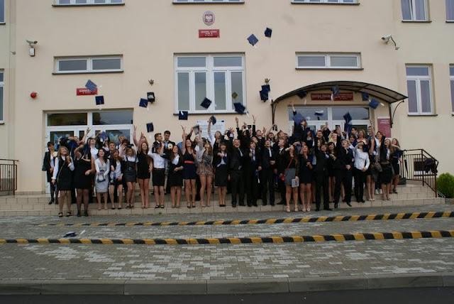 Zakończenie Gimnazjum przed budynkiem bis - DSC08130_1.JPG