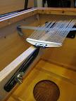 VIRBLE... vytvořený ze struníku z klasických bicí... Ocelovou lištu lze nahradit dřevěnou latí s profrézovanou drážkou. Nahoře je vidět guma pro tlumení VIRBLE, když není používaný (přiklopený na desku).