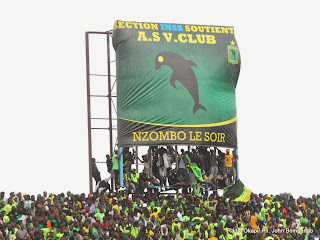 Des supporteurs de l' As Vita Club de la RDC le 21/09/2014 au stade Tata Raphaël à Kinshasa célébrant la victoire, lors du match de la demi-finale aller de la ligue des champions de la Caf contre CS Sfaxien de la Tunisie, score : 2-1. Radio Okapi/Ph. John Bompengo