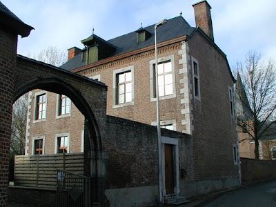 1721: Brustem, St-Truiden. Pastorie gebouwd door abdij van Averbode. Spitsboogpoort in ommuring.