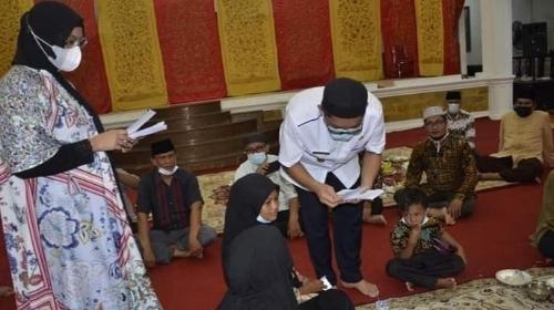Tempati Rumah Dinas, Wali Kota Hendri Septa dan Istri Gelar Santuni Anak Panti Asuhan