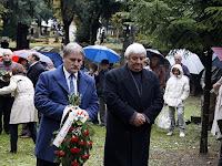 24 - A Csemadok elnöke és főtitkára Rázga Pál sírjánál is fejet hajtottak.JPG