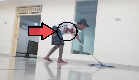 Masya Allah… Pemuda Tanpa Tangan Ini Tiap Hari Bersihkan Masjid 2 Lantai
