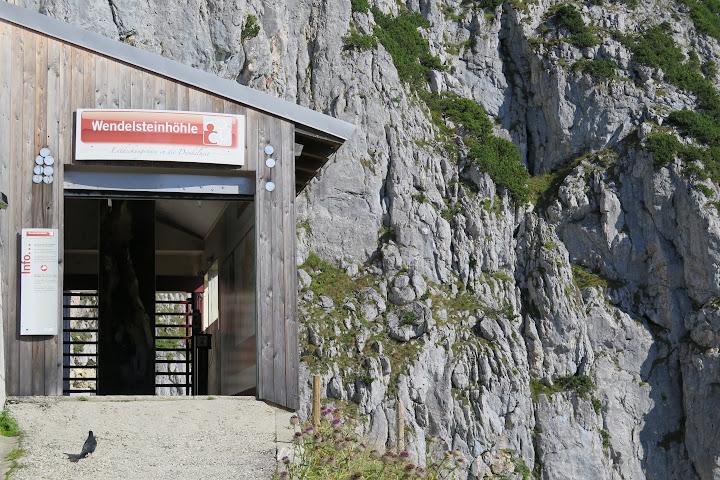 Am Eingang zur Wendelsteinhöhle