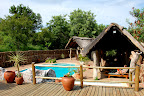 ... og her i skyggen ved pool-området, er det skønt at slappe af i middagsheden.