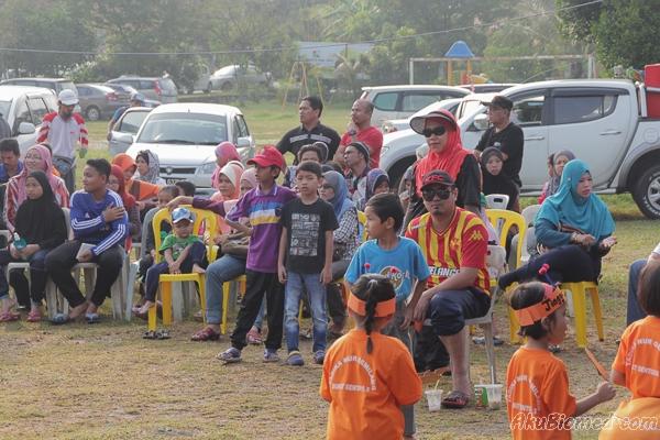 ibu bapa yang hadir memberikan sokongan kepada anak-anak