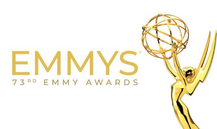 """A esquerda os dizeres """"Emmys - 73rd Emmy Awards"""", em dourado, e ao lado a estatueta da premiação. A estatueta é uma mulher dourada com os braços levantados e nas mãos um globo adornado. O fundo é branco."""