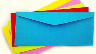 Pilha de envelopes coloridos