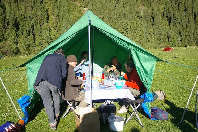 Petit-déjeûner au campement, Kyzyl Aksuu, Kungej Alatau, Kyrgyzistan (4 juillet 2006). Photo : J.-M. Gayman